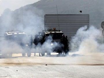 Soldados israelíes disparan granadas de gas lacrimógeno contra palestinos durante enfrentamientos en el control de Huwwara, cerca de la ciudad cisjordania de Nablus