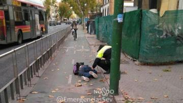 Un ebrio se queda dormido en pleno carril bici