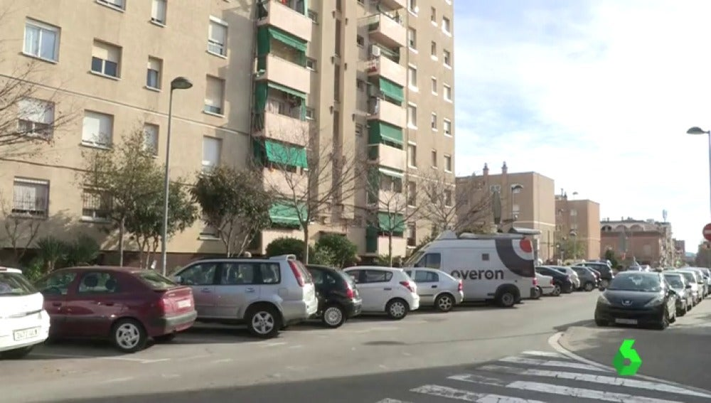 Edificio desde el que cayó el hombre en Sabadell
