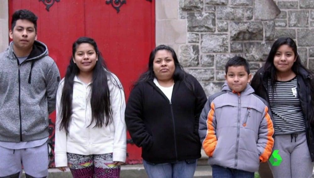 Carmela posa junto a sus cuatro hijos