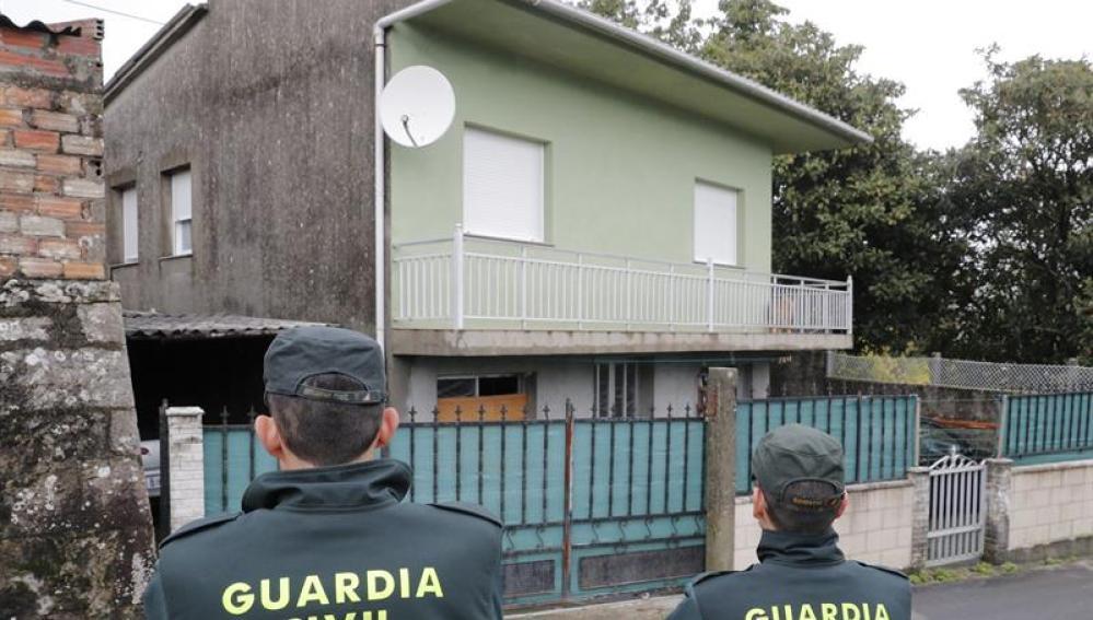 Agentes de la Guardia Civil en Rianxo (A Coruña), frente a la vivienda de 'El Chicle'