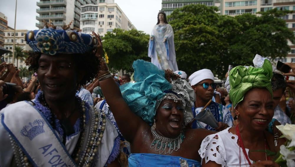 Los fieles de Iemanjá rinden homenaje a la diosa de las aguas