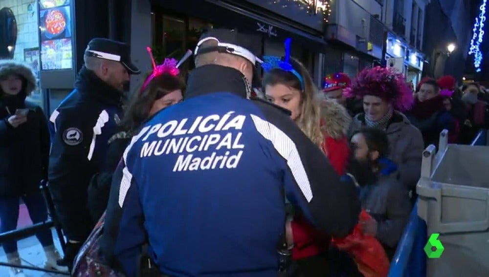 Policía Municipal en el acceso a la Puerta del Sol de Madrid