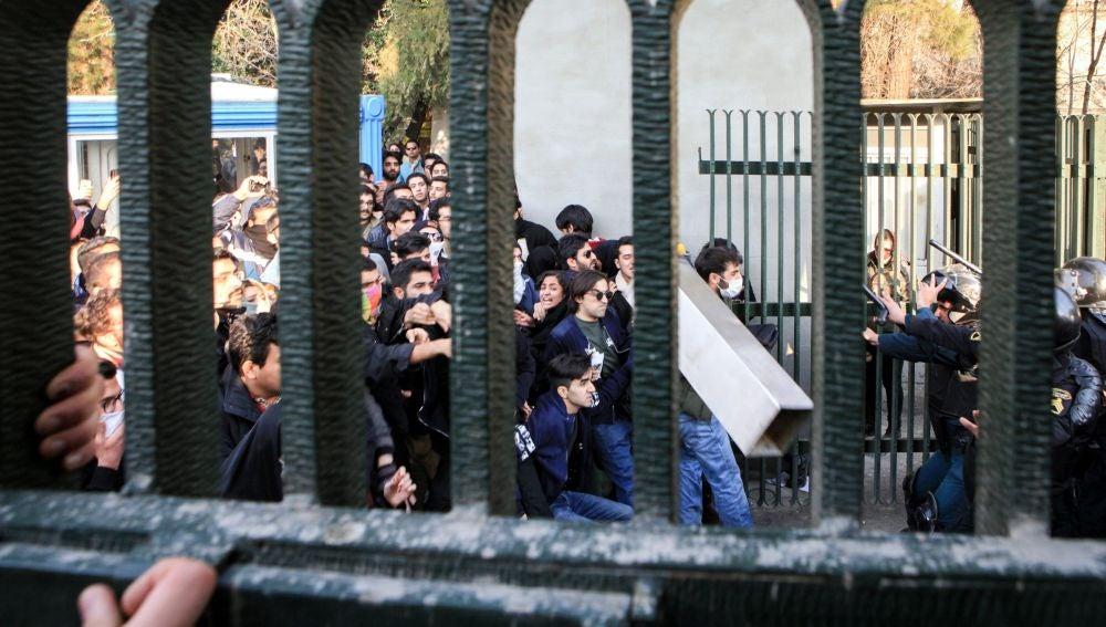 Estudiantes durante una manifestación en Teherán
