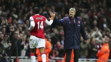 Wenger felicita a Henry durante un partido del Arsenal