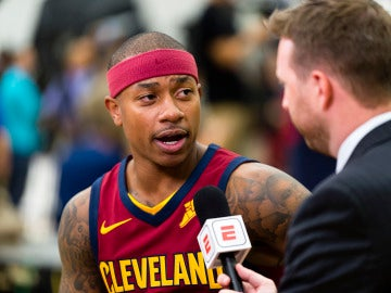 Isaiah Thomas atiende a los medios en su presentación como jugador de los Cavaliers