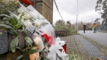 Flores y velas colocadas en la nave industrial de Asados, en Rianxo (A Coruña), donde fue hallado el cuerpo de Diana Quer