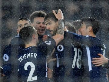 Los jugadores del Tottenham celebran con Llorente su gol ante el Swansea