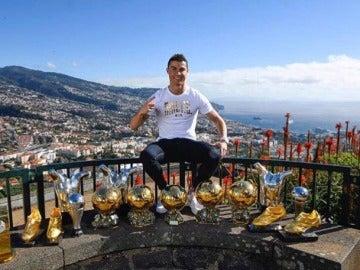 Cristiano Ronaldo presume de trofeos en Funchal