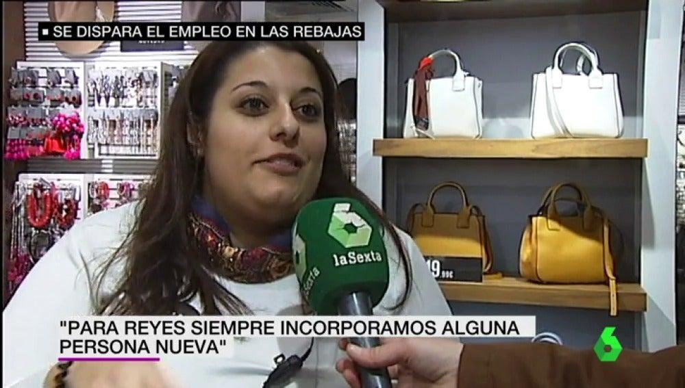 Trabajadora hablando sobre la campaña de rebajas