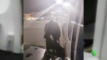 Una captura del momento en el que el pasajero decidió abandonar el avión por la salida de emergencia