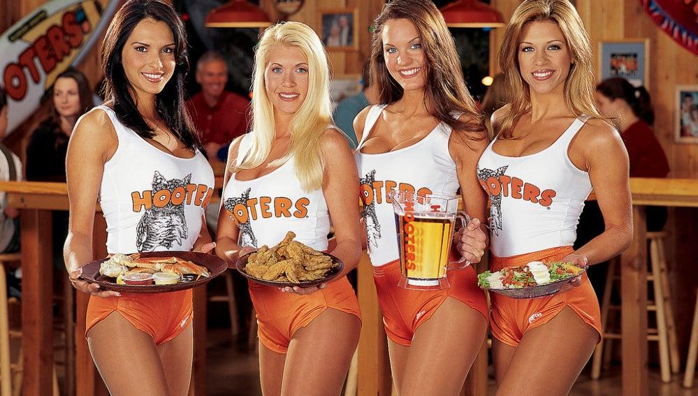 En Hooters, el reclamo no es la comida, precisamente.