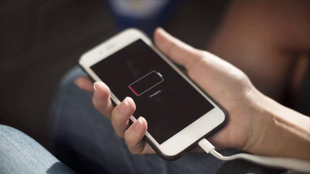 Apple recula y reemplazará la batería de los iPhone lentos