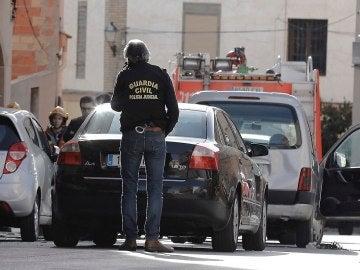 Efectivos policiales en las inmediaciones de la vivienda donde un hombre se ha atrincherado en Requena