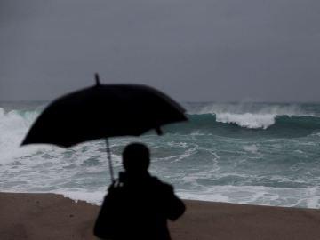 Las olas rompen contra la costa de la ciudad de A Coruña