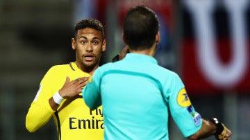 Neymar protesta una decisión arbitral