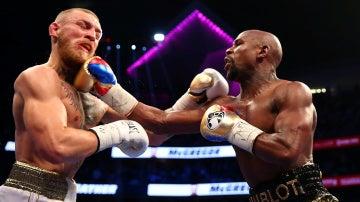 McGregor y Mayweather pelean sobre el ring