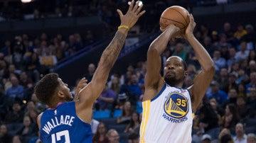 Kevin Durant lanza a canasta ante la defensa de Wallace