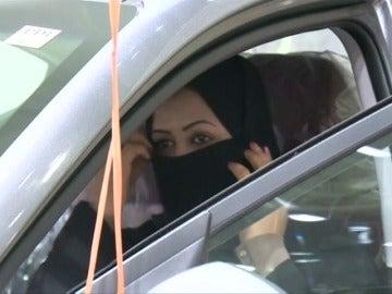 Arabia Saudí celebra la primera exposición de coches sólo para mujeres