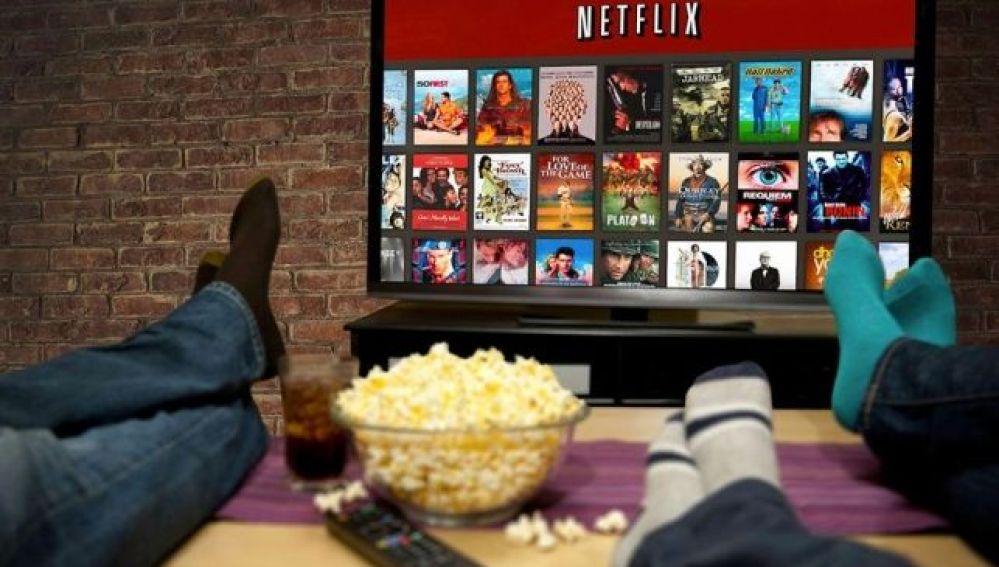 Varias personas ven Netflix en la televisión.