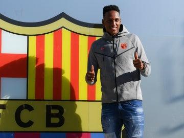 Yerry Mina, con el escudo del Barcelona