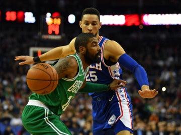 Irving intenta entrar a canasta ante la defensa de Ben Simmons