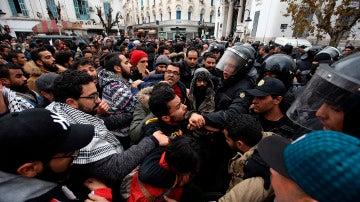 Manifestantes tunecinos se enfrentan a la policía durante una protesta en contra de la política económica del Gobierno