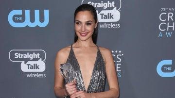 Gal Gadot, la actriz que interpreta a Wonder Woman, con su premio de los Critics' Choice Awards