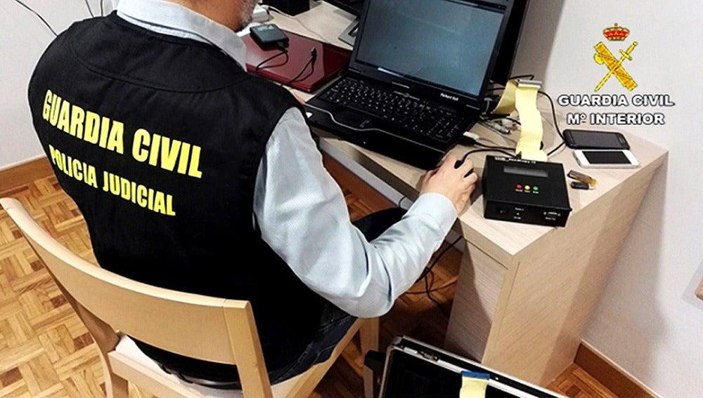 Fotografía facilitada por la Guardia Civil, que ha detenido a cuatro personas y ha investigado a otras dos como presuntas autoras de delitos de pornografía infantil, agresión sexual y abuso sexual a menores