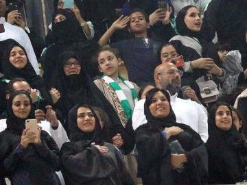 Mujeres presenciando por primera vez un partido en Arabia Saudí