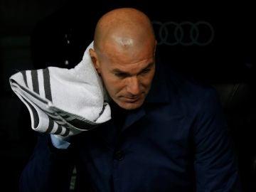 Zidane, en el banquillo del Bernabéu