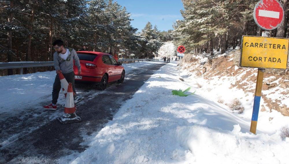Carretera cortada por la nieve