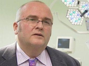 El cirujano británico Simon Bramhall