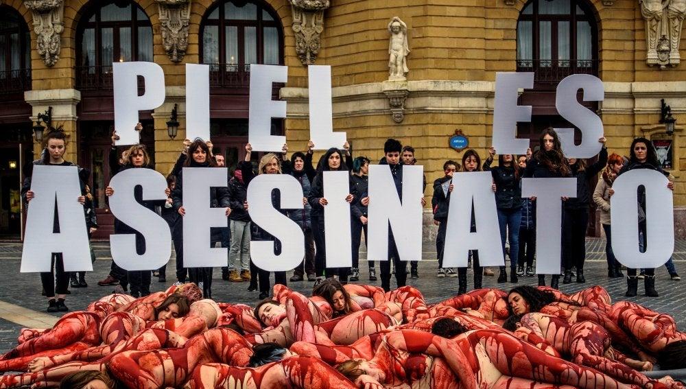 Protesta por el consumo de prendas de vestir de piel en Bilbao
