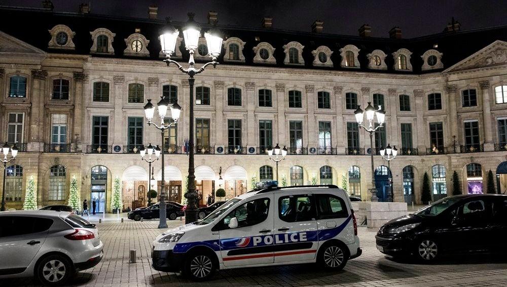 Una patrulla de la Policía permanece estacionada en frente de la entrada principal del Hotel Ritz