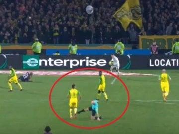 El colegiado Tony Chapron suelta una patada a Diego Carlos en el Nantes-PSG