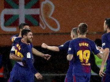 Leo Messi y Luis Suárez celebran un gol en Anoeta