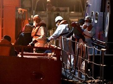 Llegada al puerto de Almería de 32 inmigrantes