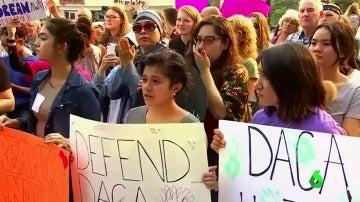 Un grupo de personas se manifiestas contra el fin del programa DACA