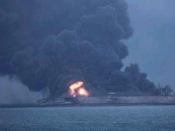 Hundimiento del petrolero iraní por una explosión