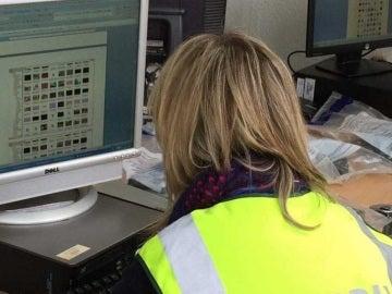 Una agente frente a archivos informáticos