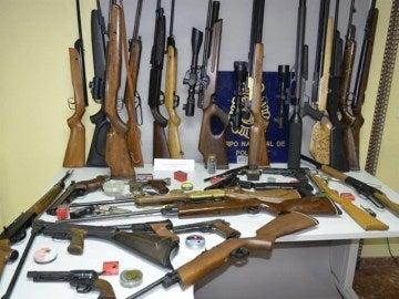Armas encontradas en la vivienda del individuo