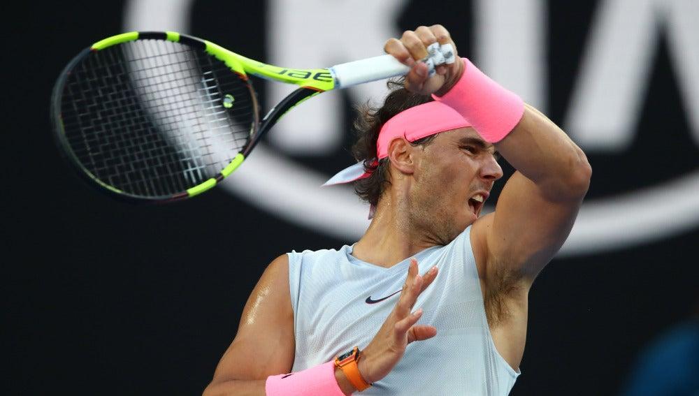 Rafa Nadal golpea de derecha una bola en el Open de Australia