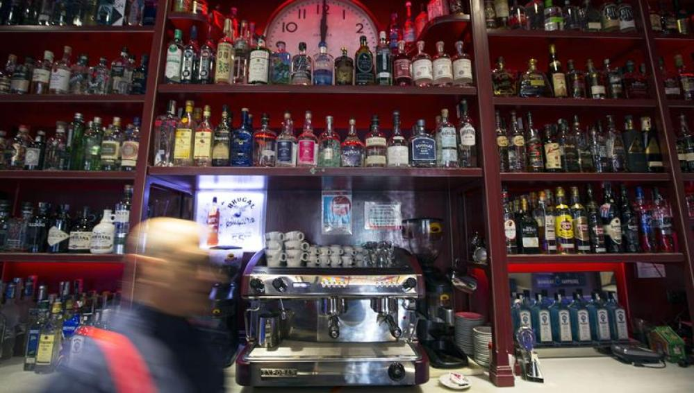 Fotografía de la barra de un céntrico bar de Valencia
