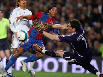 Ronaldinho bate a Casillas en un Real Madrid - Barcelona