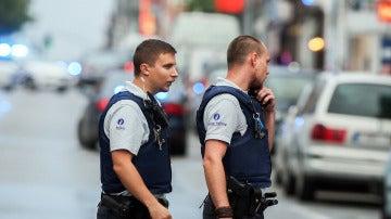 Agentes de policía caminando por Bruselas