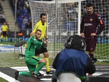 Cillessen señala al árbitro el objeto que le impactó