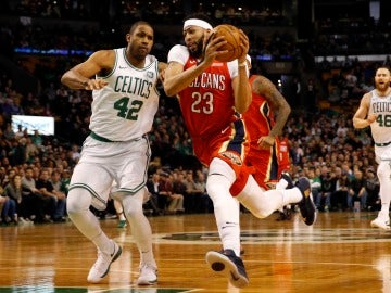 Anthony Davis entra a canasta ante la defensa de Al Horford