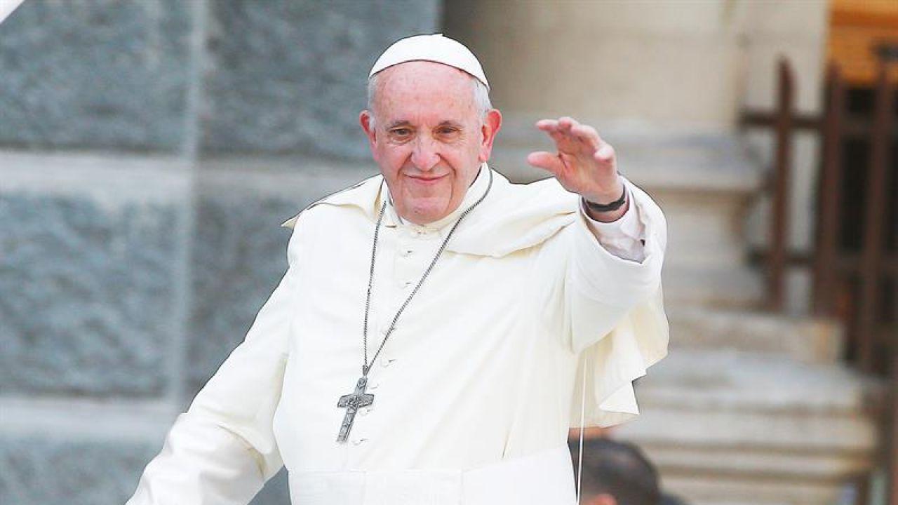 El papa Francisco saluda a los fieles a bordo de su papamóvil