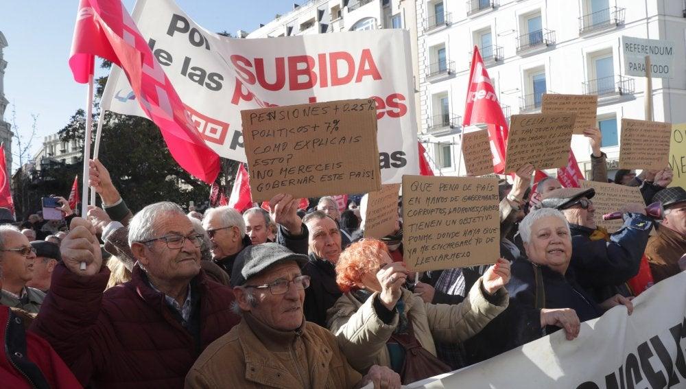 Pensionistas frente a las puertas del Congreso